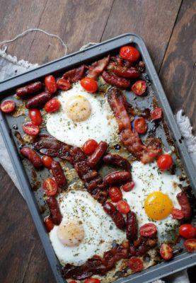 Zapechennyie-yaytsa-s-kolbaskami-i-pomidorami