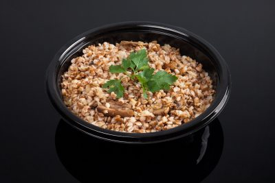 Свареные ядра и грибы в черной тарелке