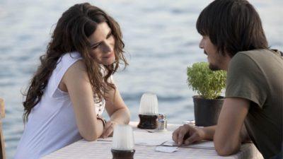 Жінка і чоловік ведуть розмову за столом