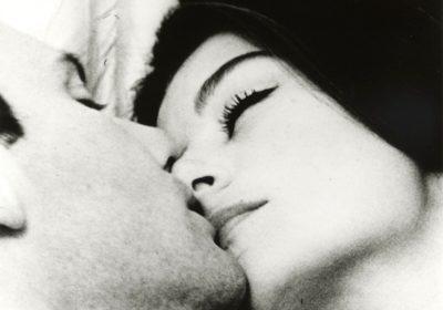 Ч/б фото чоловік цілує жінку