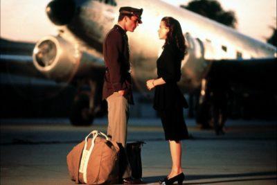 Пара прощається на тлі літака