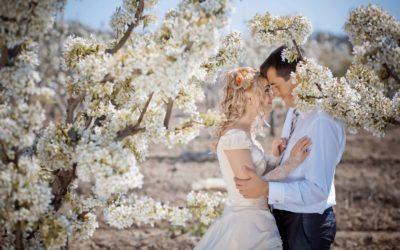 Чоловік і жінка за квітучим деревом