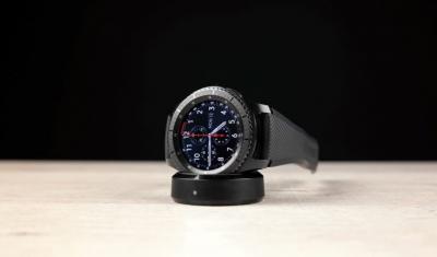 Kak-vyibrat-smart-chasyi.-15fishek-umnogo-hronometra.----Samsung-Gear-S3-Frontier-na-zaryadke.