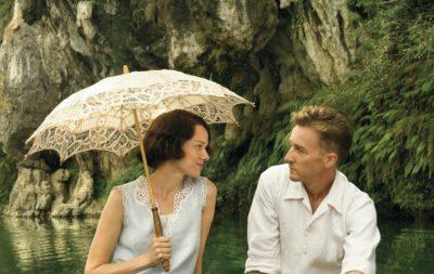 Жінка під парасолькою і чоловік дивляться один на одного