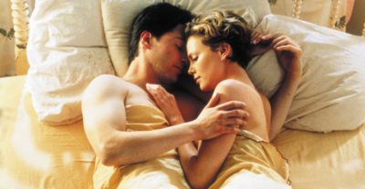 Пара обіймається в ліжку