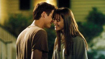 Хлопець і дівчина хочуть поцілуватися