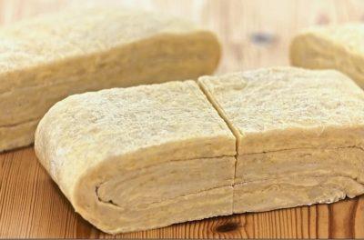 Разрезанное тесто на куски