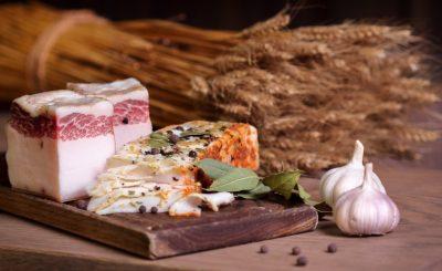 Шматки жиру свинки з лаврушкой, перцем і часником