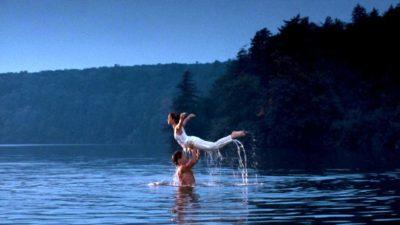 Чоловік в озері піднімає жінку