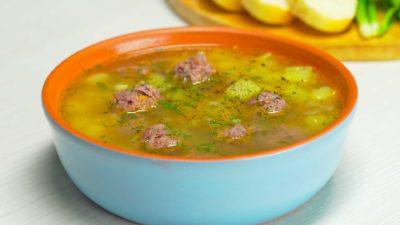 Тарелка с супом и мясными фрикадельками