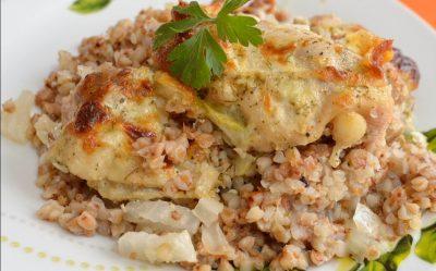 Сваренные гречаные ядра с мясом в тарелке