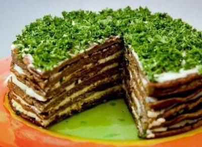 Печінковий торт прикрашений петрушкою