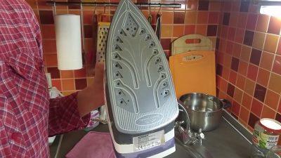 Як очистити поверхню праски порошком для чищення посуду