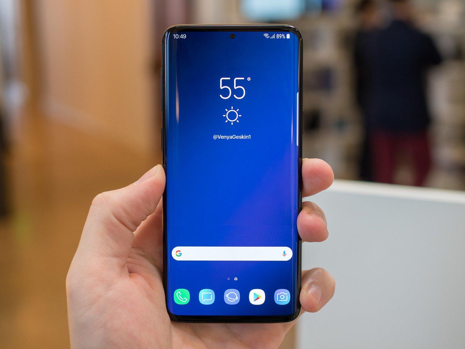 Как продлить время автономной работы вашего Samsung Galaxy S10 - смартфон в руке