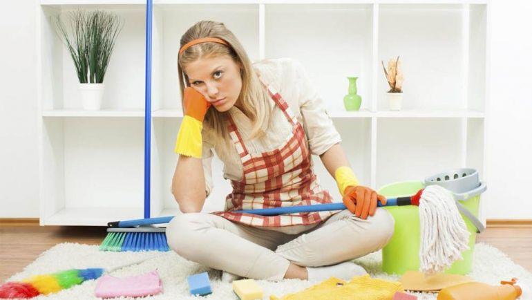 Как провести большую весеннюю уборку дома - девушка со шваброй