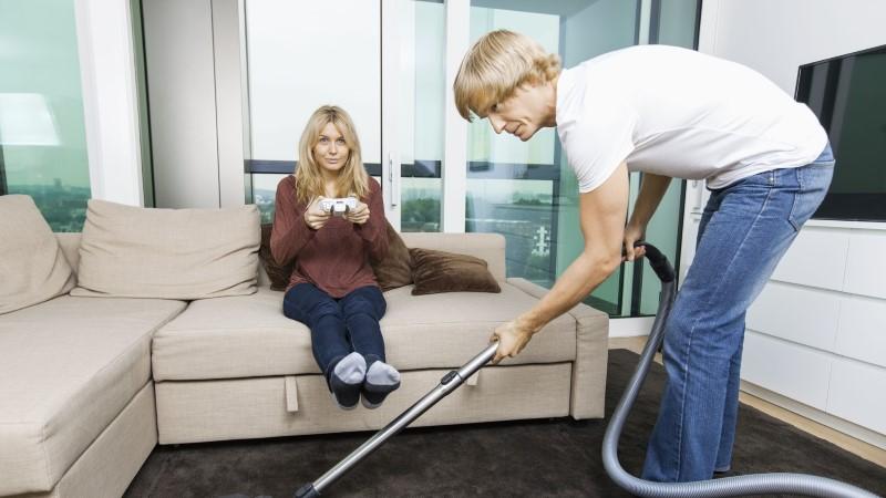Как провести большую весеннюю уборку дома - мужчина с пылесосом