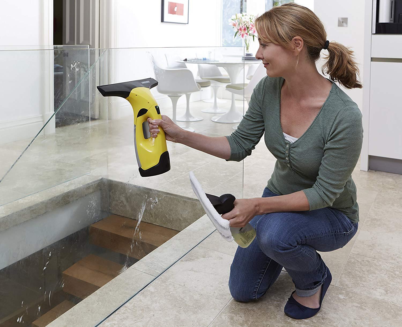 Как провести большую весеннюю уборку дома - уборка стеклоочистителем