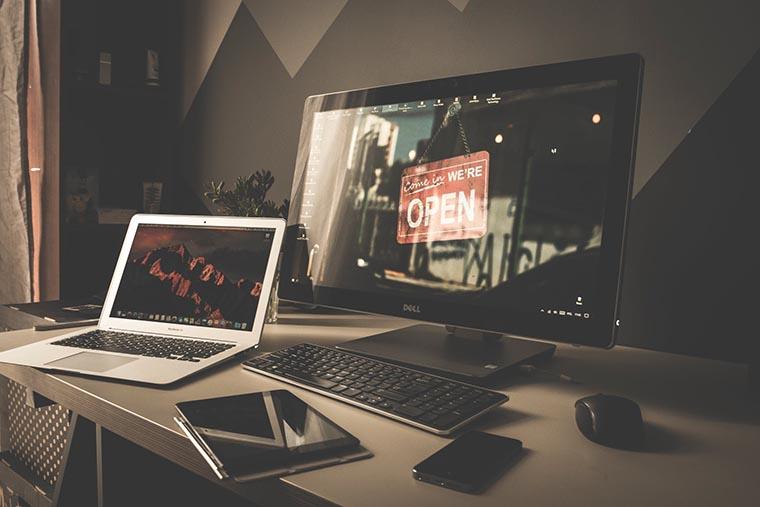 Монитор и ноутбук