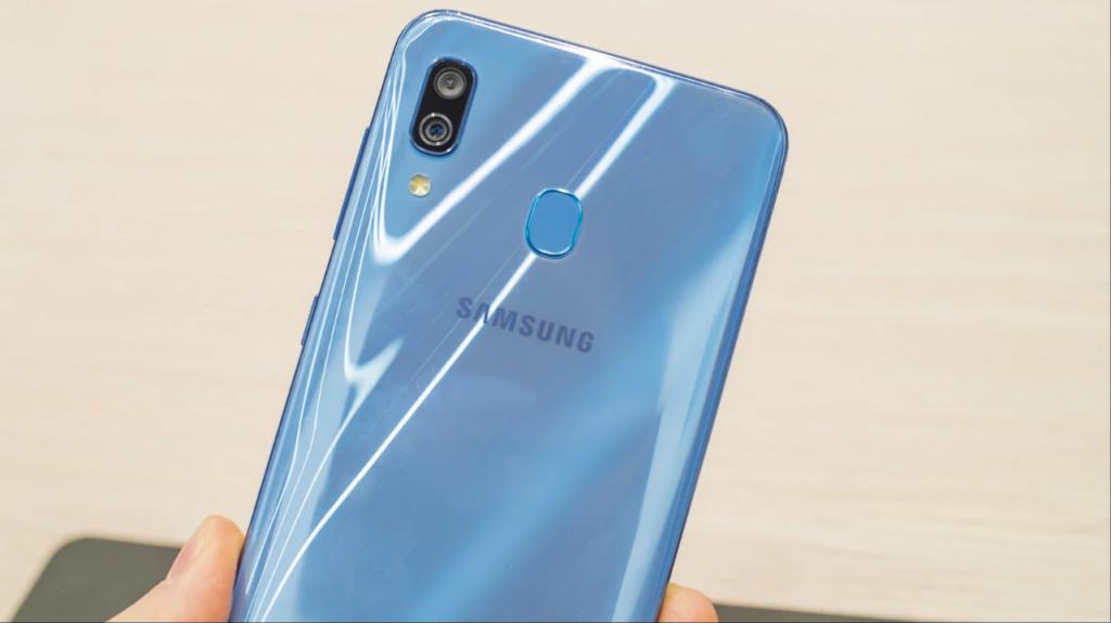 Обзор Samsung Galaxy A30_первопроходец серии А в 2019 году - корпус glasstic