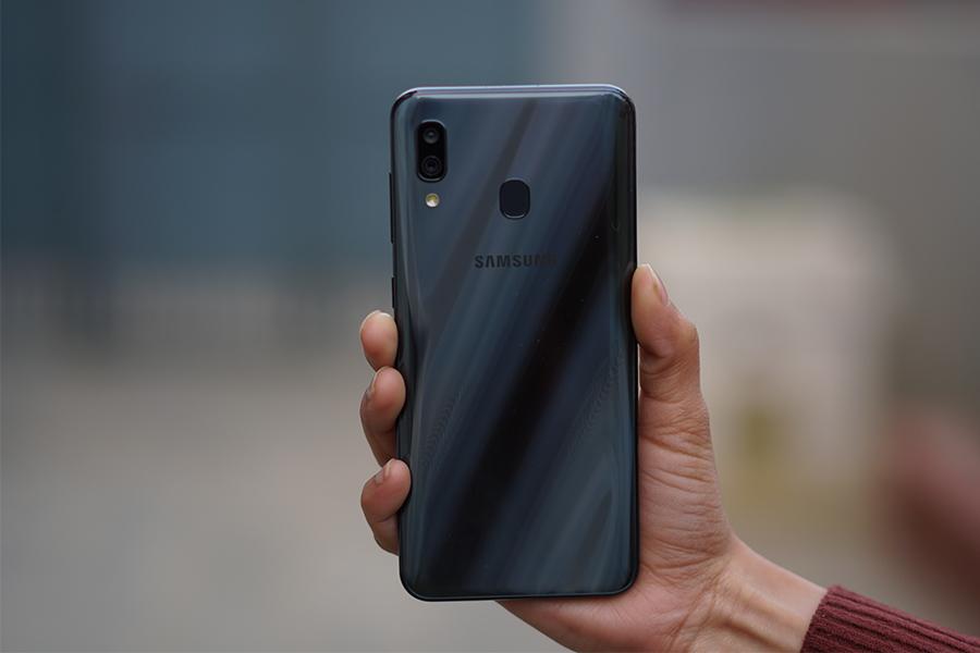 Обзор Samsung Galaxy A30_первопроходец серии А в 2019 году - задняя панель смартфона