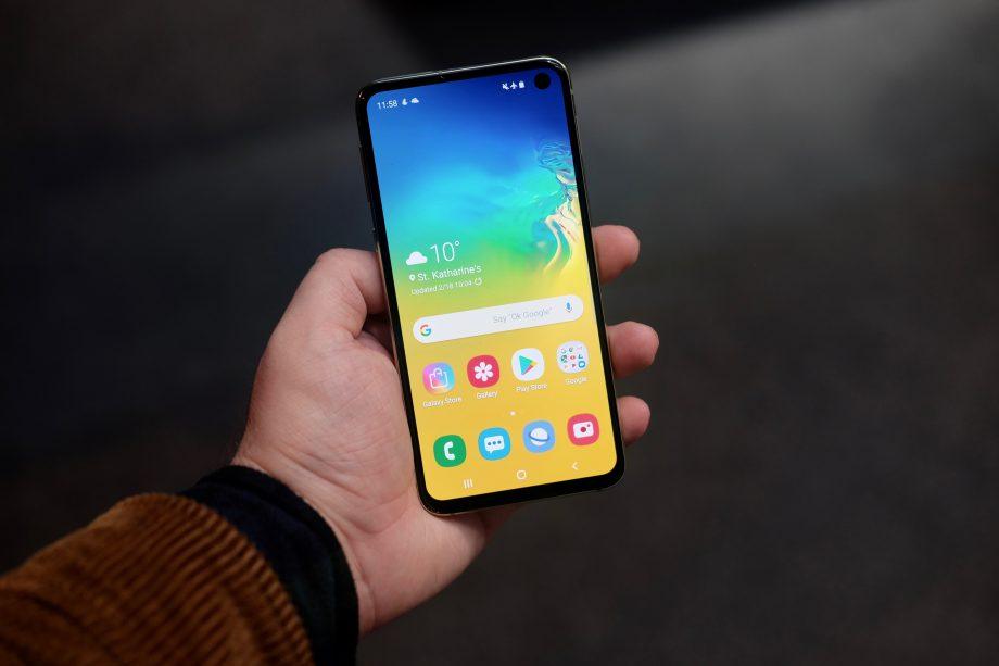 Обзор galaxy S10e_бюджетный флагман от Samsung - смартфон в руке