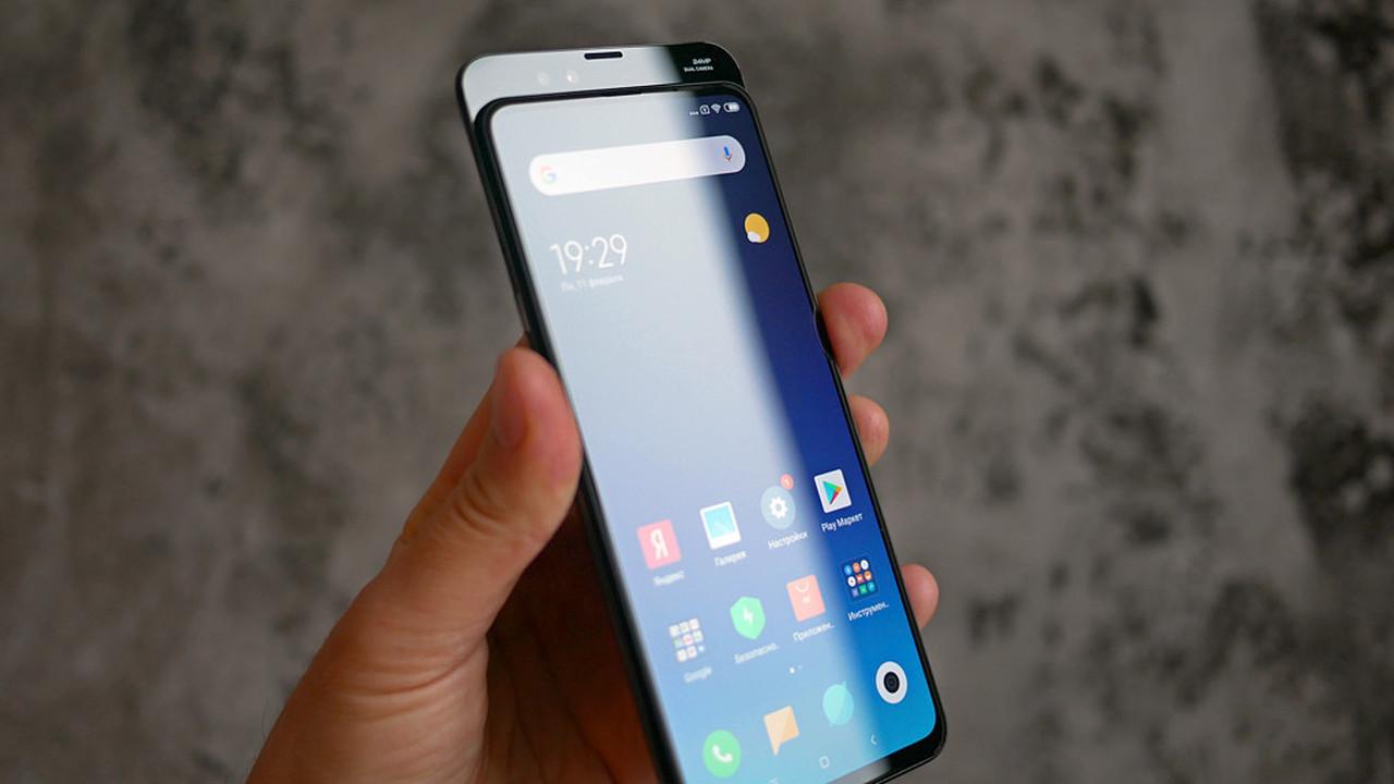 Слайдер нового поколения_ Xiaomi Mi Mix 3 - смартфон в руке
