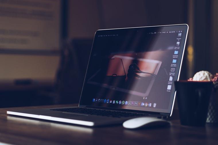 Свет на экране ноутбука