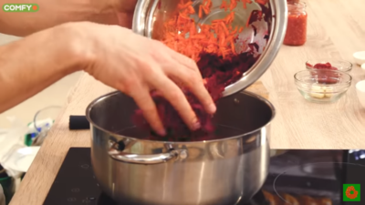 Добавляем овощи в борщ