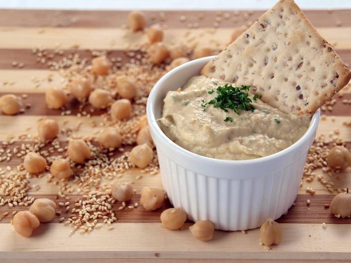 Хумус-подача с крекерами