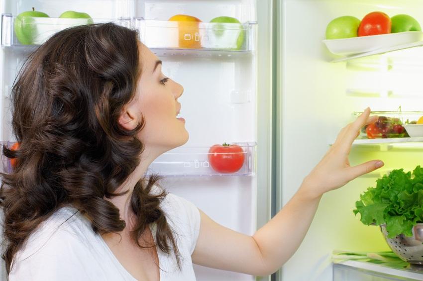 девушка открыла холодильник
