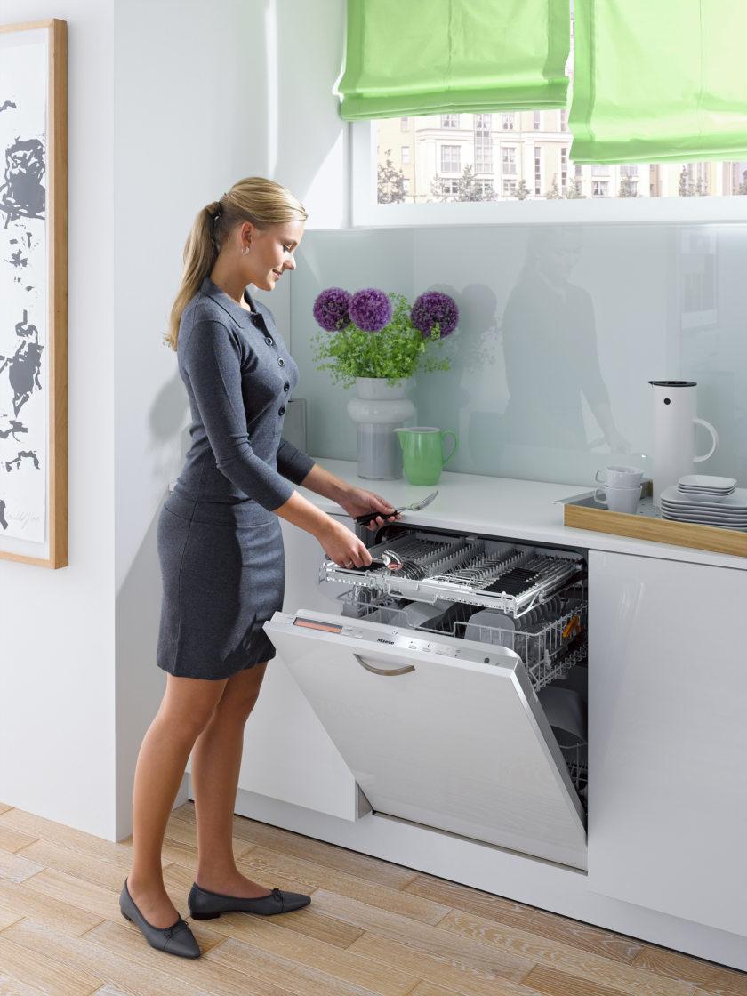 Как выбрать посудомоечную машину - девушка возле посудомоечной машины