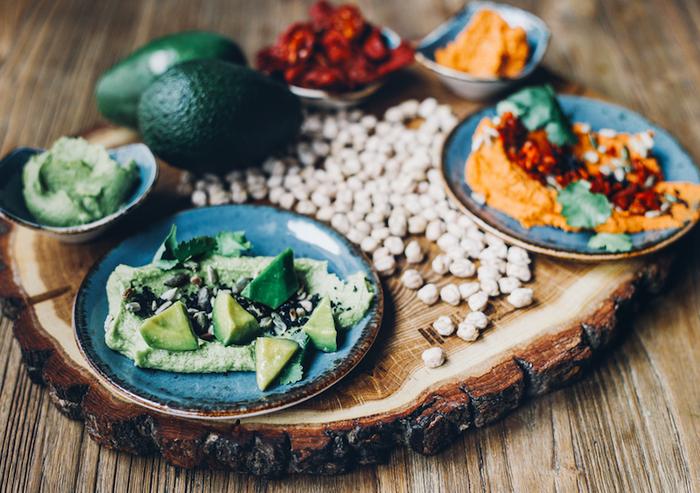 Приготовление и подача хумуса с гуакамоле-фото