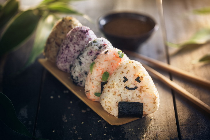 Японские онигири-еда на бегу