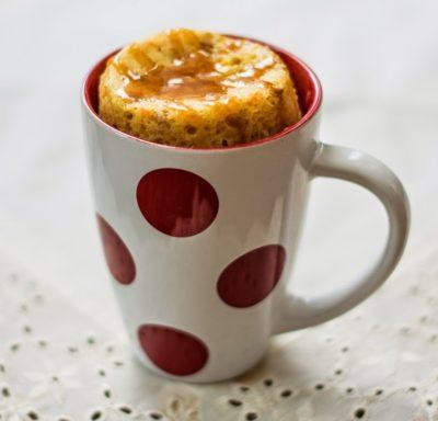 Мафін на кефірі з морквою в білій чашці з червоним горошком