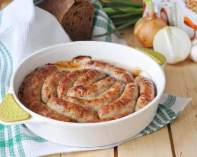 Запеченные колбаски в белой емкости
