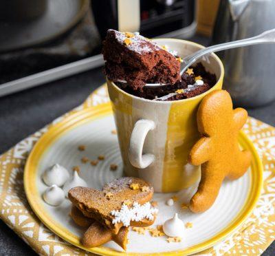 Апельсиновый маффин с какао в кружке
