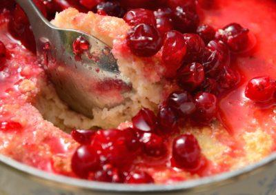 Ложка в рассыпчатой манке с ягодами смородины