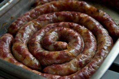 Запечені колбасочкі, укладені спіраллю в деко
