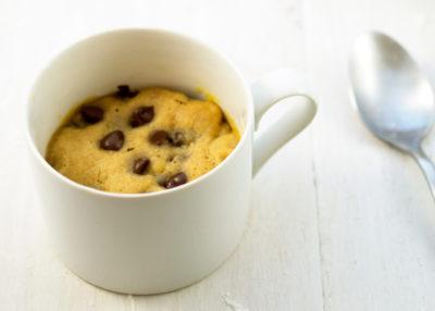 В чашке маффин из арахисовой пасты с кусочками шоколада