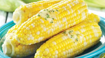 Кукурудза в мисці з олією і спеціями на початках