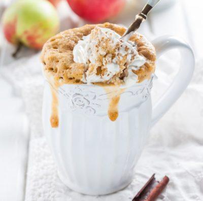 Яблучний кекс з корицею в чашці
