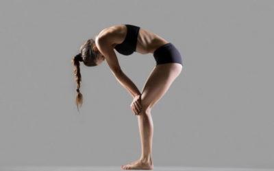 Упражнение вакуум для живота на согнутых коенях с упором рук