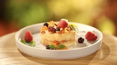 Кругла презентація гурьевской каші в тарілці з ягодами і горіхами