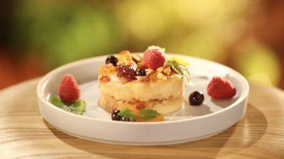 Круглая презентация гурьевской каши в тарелке с ягодами и орехами