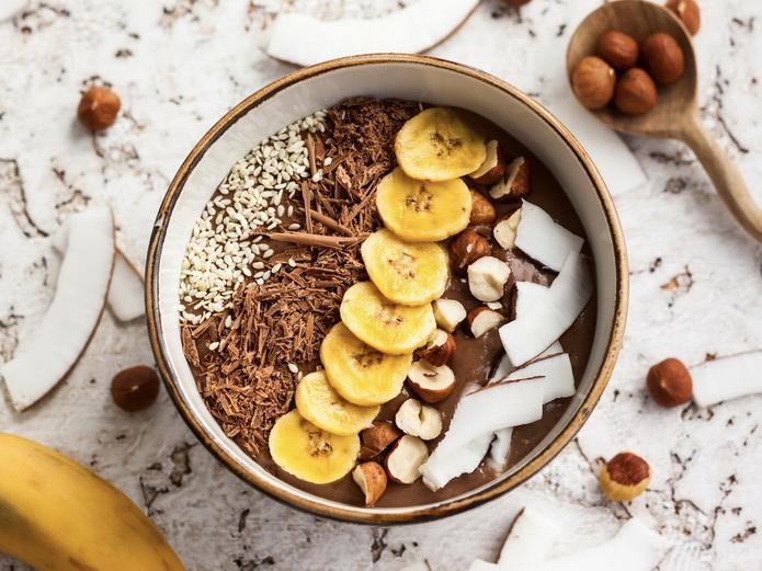 Бананово-финиковый смузи-боул-подача