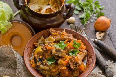 Картопля в горщиках з грибами і м'ясом