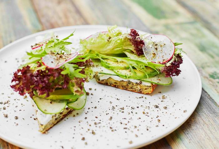 Сэндвич-с авокадо и редисом