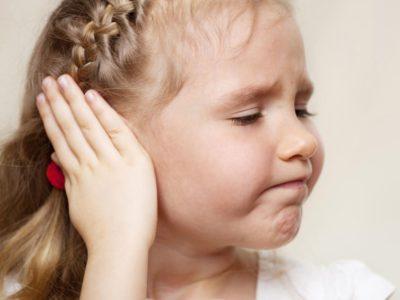 У дівчинки болить вухо