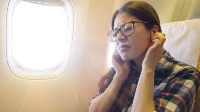 Девушке заложило уши в самолете