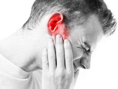 У чоловіка болить вухо